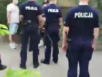 Policja wyłapuje ludzi za przechodzenie za blisko domu Kaczyńskiego