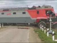 Pociąg zderzył się z ciągnikiem na przejeździe kolejowym