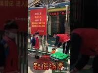 Dzieciak wraca do chińskiej szkoły po lockdownie