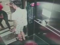 Próba przetransportowania dużej szyby windą