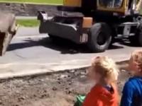 Operator koparki znajduje chwilkę na pomoc dzieciakom