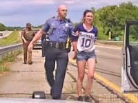 Naćpana kobieta w przebiegły sposób próbuje wyeliminować goniące ją radiowozy