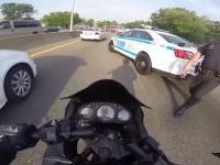 Policja z Nowego Jorku zatrzymuje motocyklistę za nielegalną jazdę między pasami