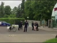 """Policja zatrzymuje kobietę przejeżdżającą pod """"Trójką"""" z transparentem."""