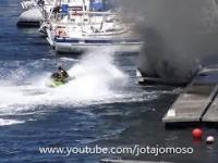 Facet na skuterze wodnym ugasił płonącą motorówkę