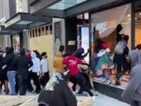 """""""Protestujący"""" rabują sklep NIKE w Chicago"""
