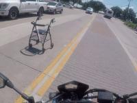 Motocyklista łapie uciekiniera i oddaje w ręce właściciela