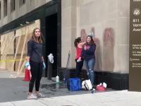 Dziewczyny czyszczą budynek, ale nie wszystkim się to jednak podoba