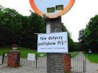Nietypowa tabliczka pod znakiem drogowym przed gdańskim cmentarzem.