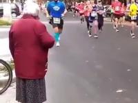 Babcia zbija piątki z biegaczami