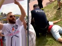 """Trzymał transparent """"Nie dla długopisu"""" na wiecu Dudy i został zaatakowany"""