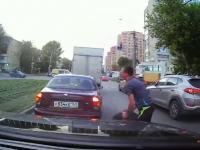 Kierowca uratował swoje auto przed pędzącym kołem