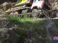 Zwalenie się mostu podczas przejazdu lawety z koparką w Indiach