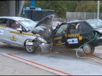 Testy zderzeniowe samochodów współczesnych ze starszymi