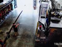 Efektowny wślizg psa do garażu remizy strażackiej