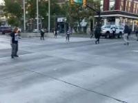 Antyfaszyści w USA protestujący w ramach BLM usiłują zatrzymać samochód