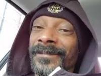 """Snoop Dogg siedzi w samochodzi i słucha piosenki z """"Krainy lodu"""""""