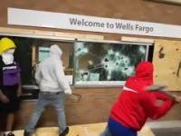 BLM włamuje się do Wells Fargo Bank