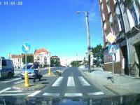 Uciekający przed policją motocyklista zalicza glebę na przejściu dla pieszych