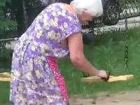Złośliwość starszej kobiety wobec dzieci bawiących się na huśtawkach