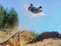 Rosjanin robi backflipa zmodyfikowanym autem