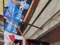 Emerytka niszczy plakaty Trzaskowskiego