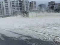 Niecodzienne zjawisko pogodowe w RPA. Piana morska pokryła ulice Kapsztadu