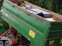 Pomysłowy sposób kierowcy hakowca na przejechanie pod niskim wiaduktem