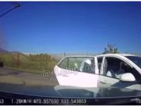 Kierowca w ładnym stylu demoluje rabusia chcącego dokonać napadu