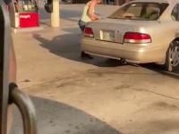 Ta kobieta coraz lepiej radzi sobie z tankowaniem swojego samochodu