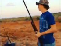Clyde prezentuje bezpieczne obchodzenie się z bronią