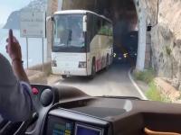 Mijanie się autobusów na wąskiej i krętej drodze