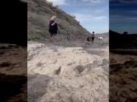 Puszysta baba wskakuje do wody