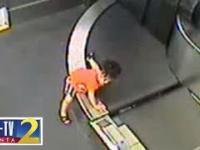 2-letnie dziecko zalicza przejażdżkę na taśmie bagażowej do sortowni bagażu na lotnisku