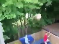 To się nazywa ekstremalna zabawa na trampolinie