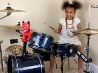 10-latka i SOAD na perkusji