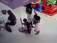 """Matka z trójką dzieci na """"zakupach"""" w centrum handlowym"""
