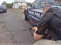 Policjanci uzbrojeni w broń długą biorą udział w strzelaninie