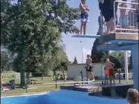Spektakularny skok grubaska do basenu