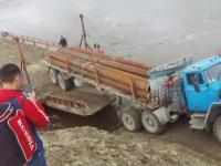 Rosja: Wjazd ciężarówki na barkę