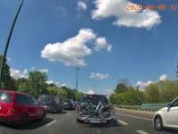 Kierowca BMW w Warszawie jedzie pasem wyłączonym z ruchu i spotyka go instant karma