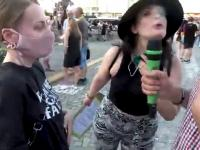 Uczestniczka protestu pluje w twarz dziennikarzowi