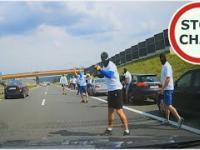 Ustawka kibiców na A4 - moment blokady drogi