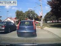 Seba w BMW przyhamowany przez fiacika
