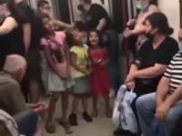 Chórek dziecięcy w metrze