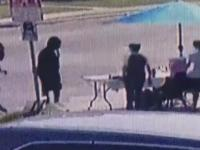 2 facetów w czerni kradnie pieniądze dzieciakom sprzedającym lemoniadę