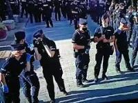 Policja chroni się przed wirusem, wszyscy w maseczkach, a butelka z wodą wędruje