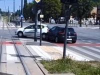 Kierowca przepchnął auto bo nie ruszyło na zielonym