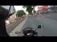 Motocyklista oraz rowerzysta przejeżdzający na czerwonym