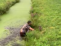 Chciał skoczyć sobie przez szeroki rów z wodą